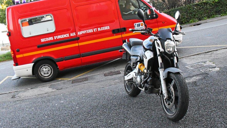 Le jeune motard  a frappé un talus dans sa sortie de route.