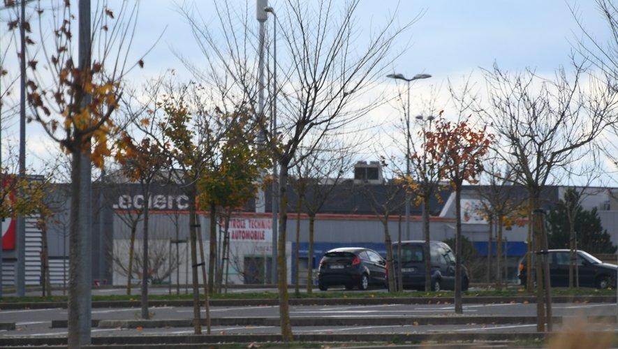 Samedi en fin de matinée, de nombreux commerces, dont le centre commercial Leclerc (grande surface et galerie marchande) avaient choisi de baisser le rideau, faute de clients bloqués par les barrages.
