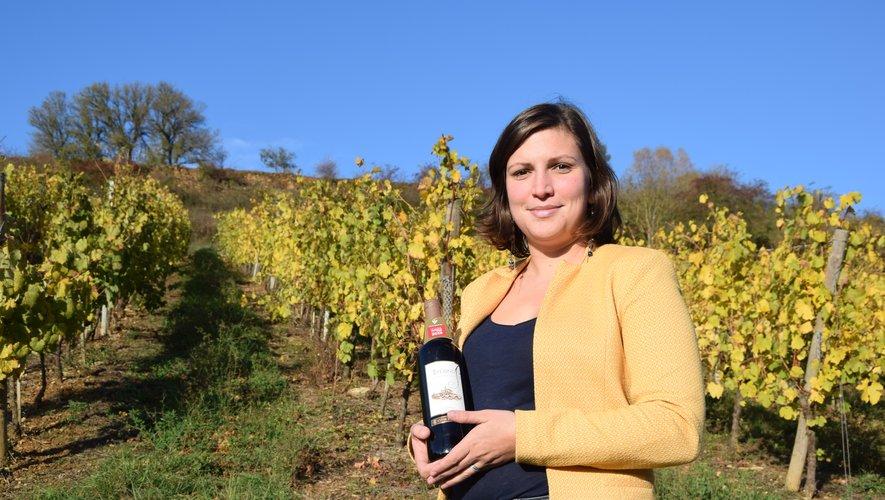 Lucile Oudin dans les vignes Estagnoles avec son coup de cœur, la cuvée St-Jacques.