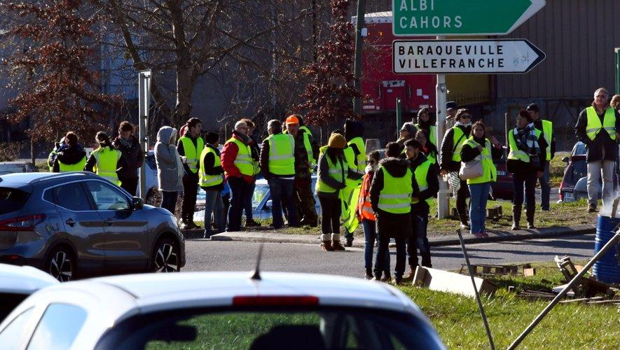 """Au rond-point des Molinières, les """"gilets jaunes"""" bloquent l'accès à Rodez et la route vers Toulouse."""