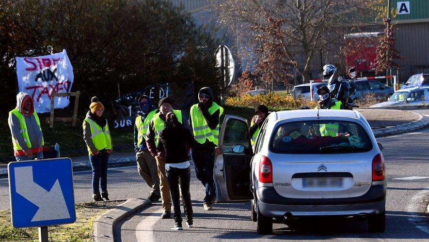 """Les """"gilets jaunes"""" annoncent la reconduction du mouvement lundi matin, notamment au rond-point des Molinières, commune de Calmont, non loin de la 2x2 voies qui mène à Rodez."""