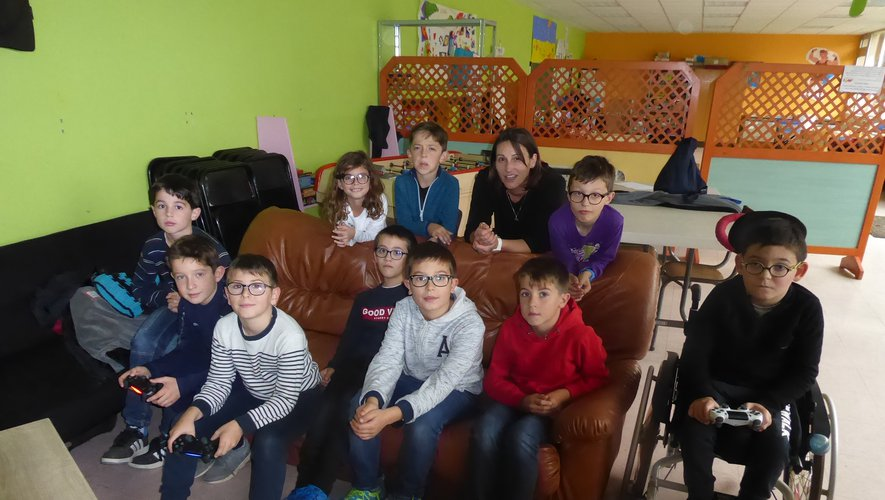 Un groupe d'enfants avec l'animatrice Marie.