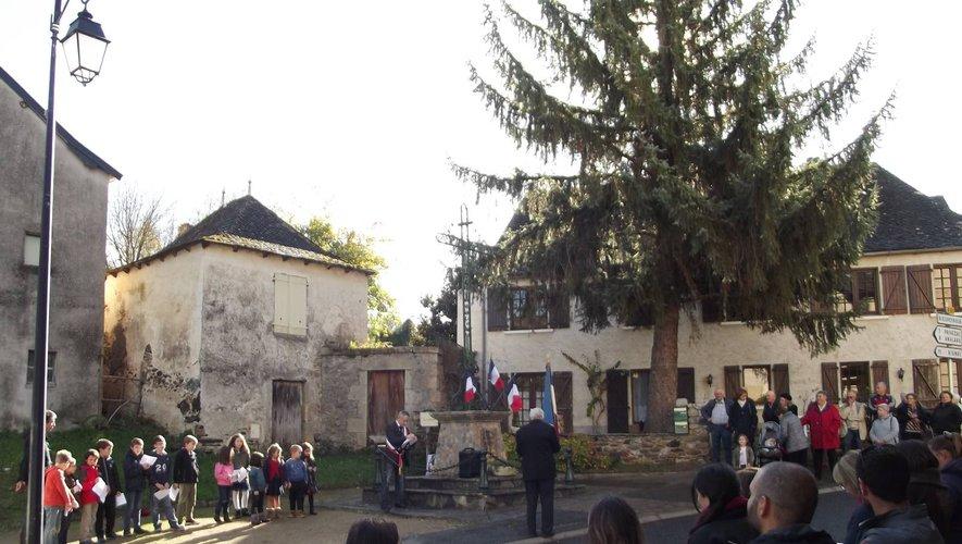 Pendant la cérémonie d'hommage au monument aux morts