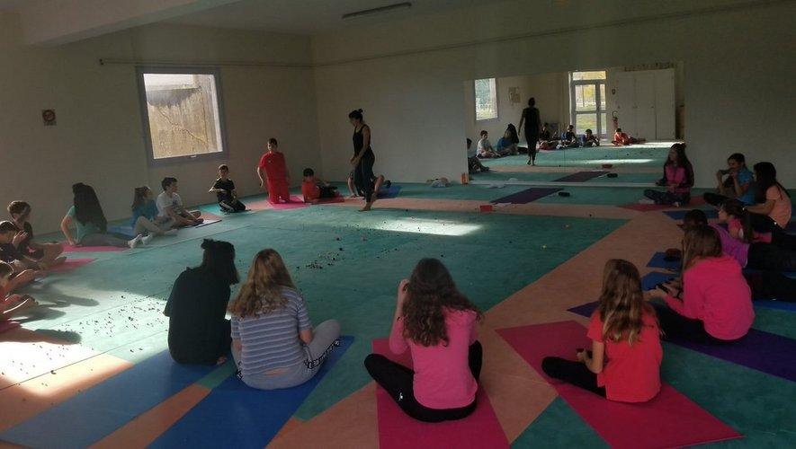 Le yoga est de plus en plus répandu dans les établissements scolaires.