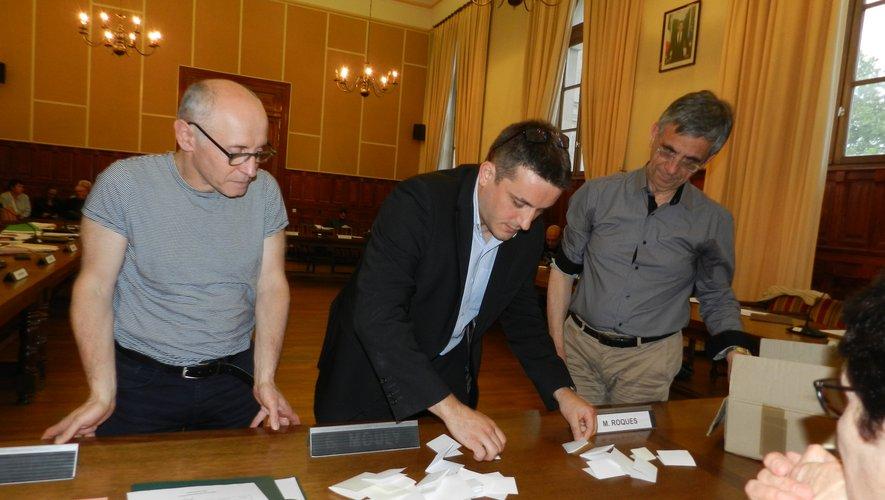 La demande de l'opposition, un vote à bulletins secrets avait eu lieu lors de la séance du 23 mai. Sa forme avait été jugée illégale par le sous-préfet, obligeant le conseil à redélibérer le 26 juillet.