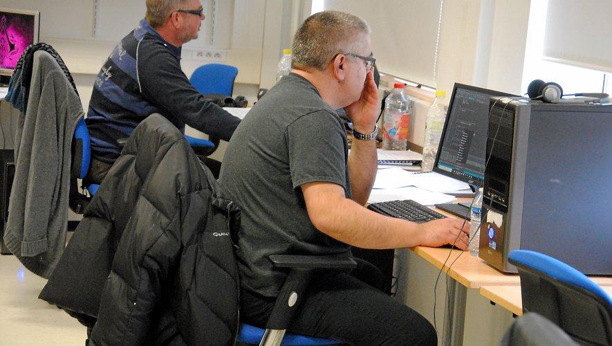 Les étudiants en situation de handicap apprennent le codage informatique.