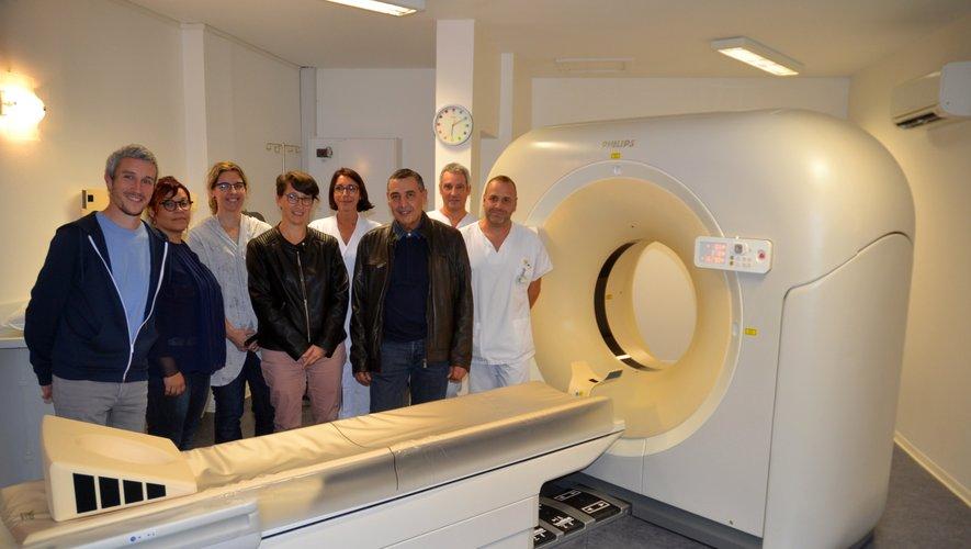 L'équipe du service imagerie médicale à côté du scanner de dernière génération.