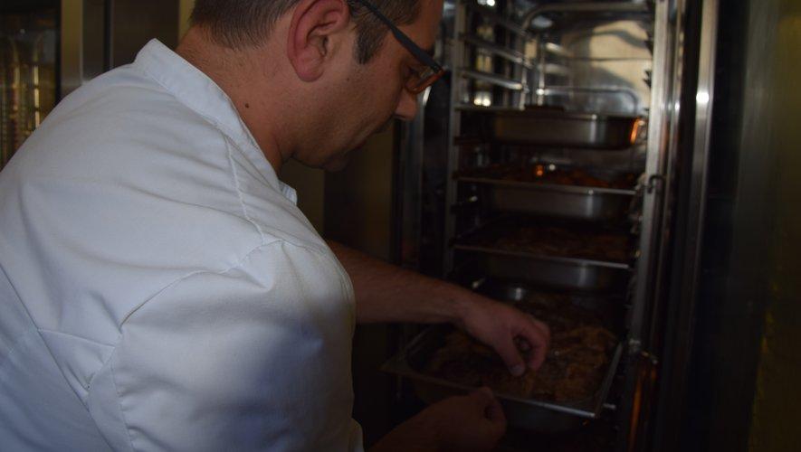 Guillaume Goutal, chef de la cuisine du collège, se charge de cuisiner la viande tendre aux enfants.