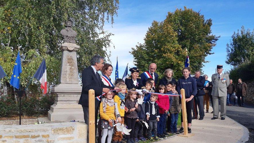 Inauguration du monument en présence des enfants, l'avenir du village...