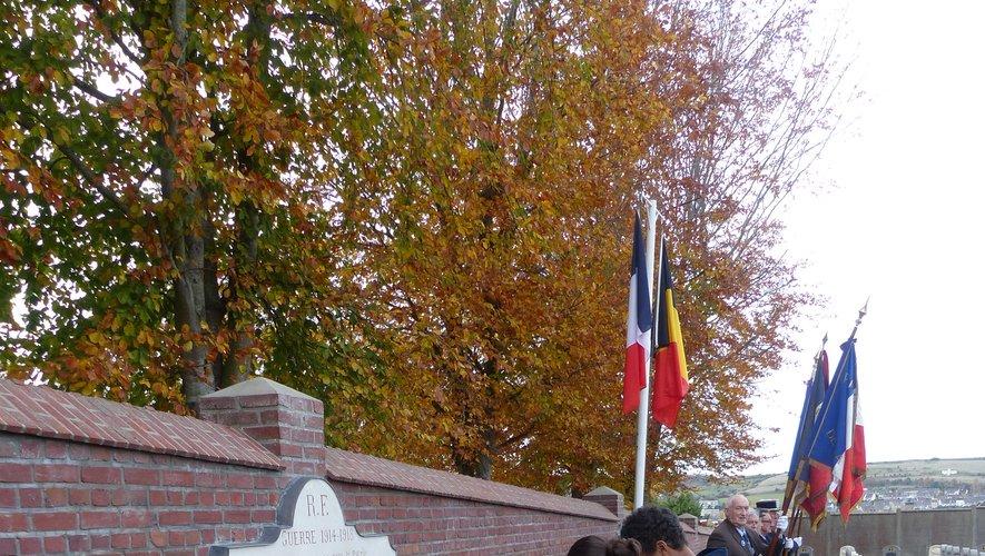 Les lycéens ont symboliquement déposé de la terre decazevilloise sur la tombe des deux poilus de la commune.