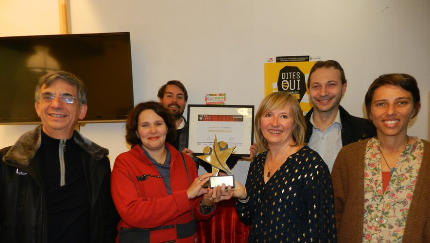 Le trophée du Lauréat d'or ramené de Paris par Commerces en bastide, présenté par Muriel Couderc et Béatrice Guy.