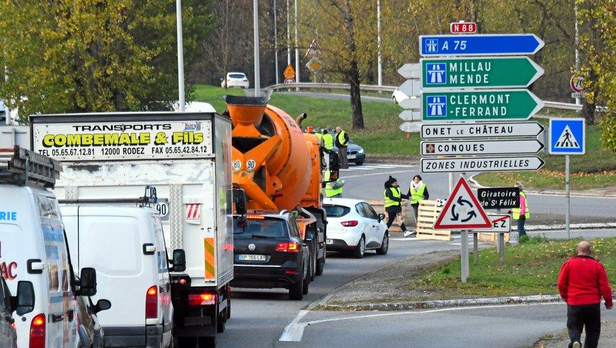 Les gilets jaunes présents dès 8 heures sur le giratoire de Saint-Félix à Rodez.