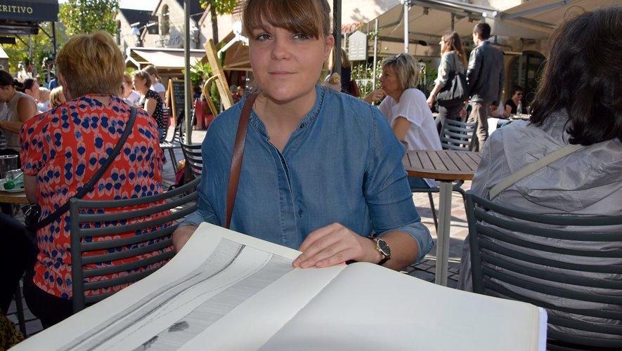 Hélène ne se sépare jamais de ses originaux, des dessins à l'encre en séries limitées, numérotés et signés, imprimés en Aveyron. La plupart sont aussi disponibles à la vente sous forme de cartes illustrées.
