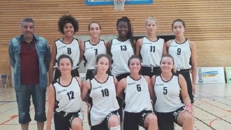 Les féminines U18 et leur coach Brahim Rostom.
