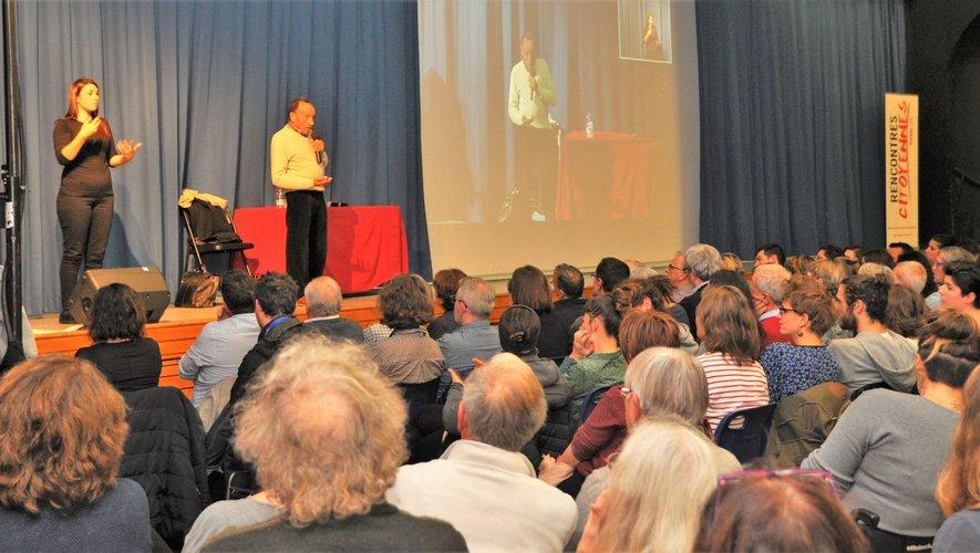 La conférence était relayée en langue des signes pour les malentendants.