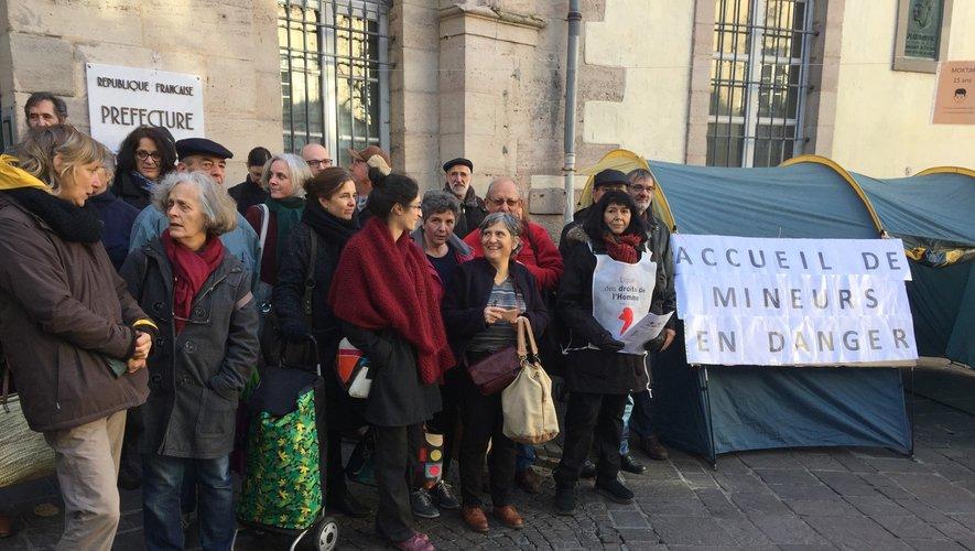 Les militants aveyronnais ont dressé une tente devant la préfecture.