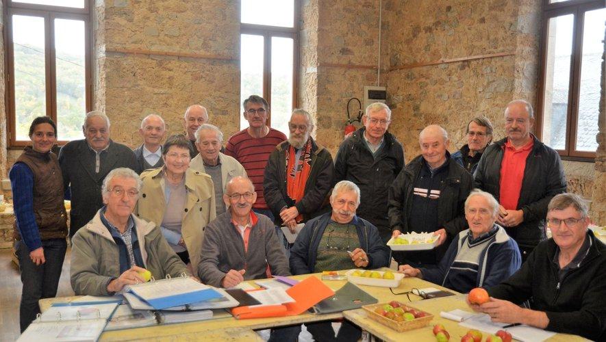 Des membres de VL12 sont venus de tout le département pour participer aux travaux d'identification et de valorisation des différentes variétés de pommes.