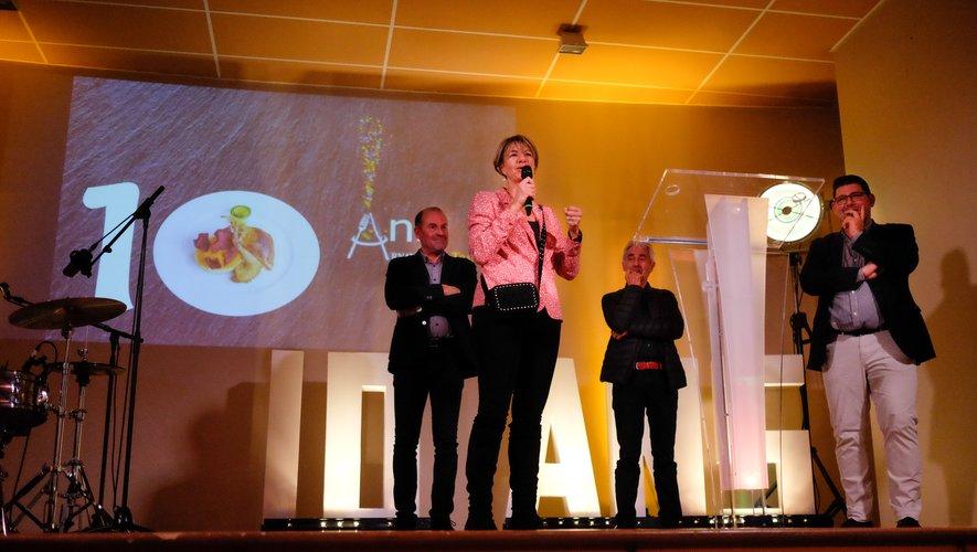 Anne Blanc, députée, au micro pour les 10 ans de l'entreprise Arnaud Lima Traiteur.