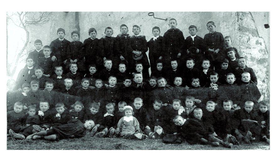 École Arvieu 1916-17.  Henri Grimal 13e sur la photo de gauche à droite et de haut en bas.