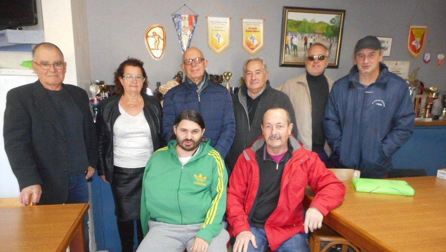 Le maire entouré par le nouveau bureau de la Pétanque forézienne.