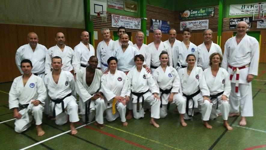 Serge Serfati (debout,  au centre), avec les professeurs et les élèves du Sakura.