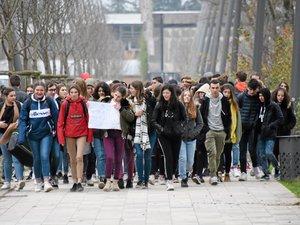 Des élèves de toutes les classes du lycée Foch manifestent ce mardi matin dans les rues de Rodez.