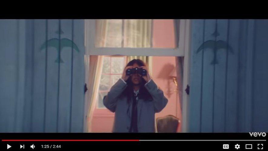 "Alessia Cara dans son nouveau clip ""Not Today""."