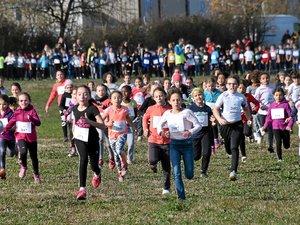 3000 petits coureurs en herbe s'élancent à travers champs.