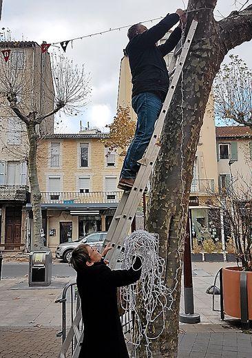 Lundi, les commerçants s'affairaient sur les arbres.