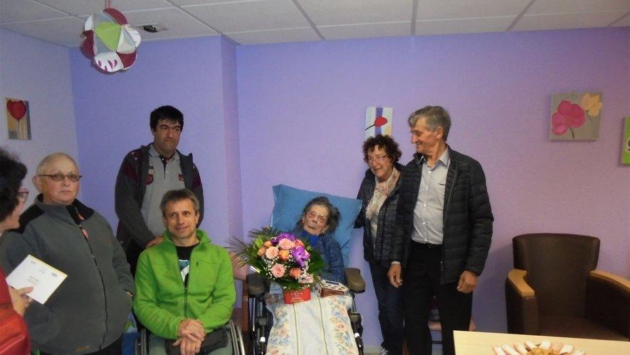 Une délégation de la mairie de Camboulazet est venue la féliciter à la maison de retraite de Sauveterre.