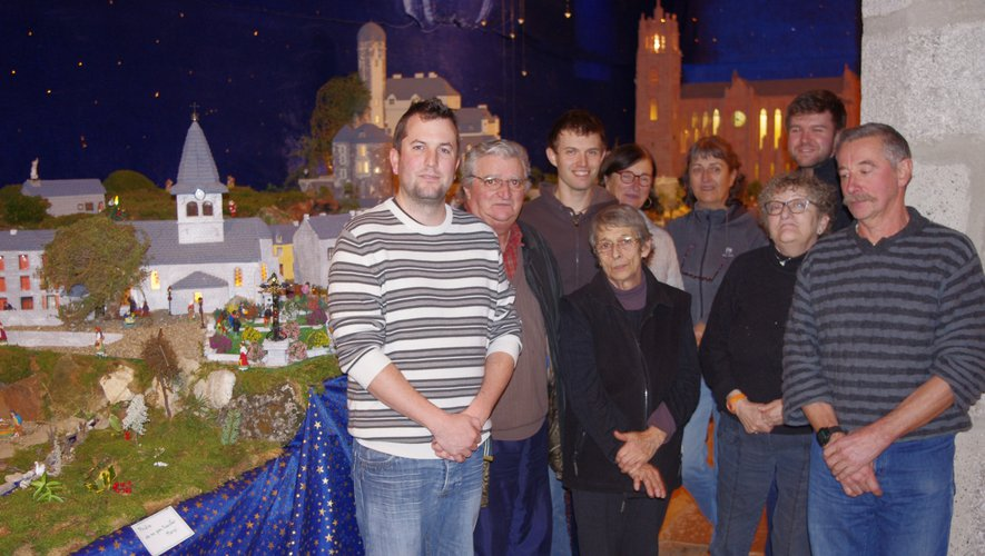 Une partie des bénévoles et des jeunes du village à l'origine de cette exposition unique en Aveyron.