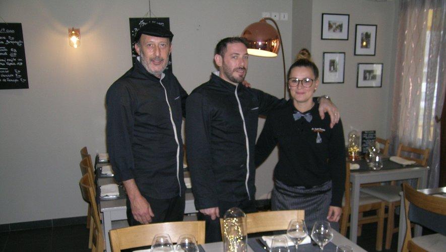 Jean-Philippe, Lucie et Karim, dans la salle du restaurant.