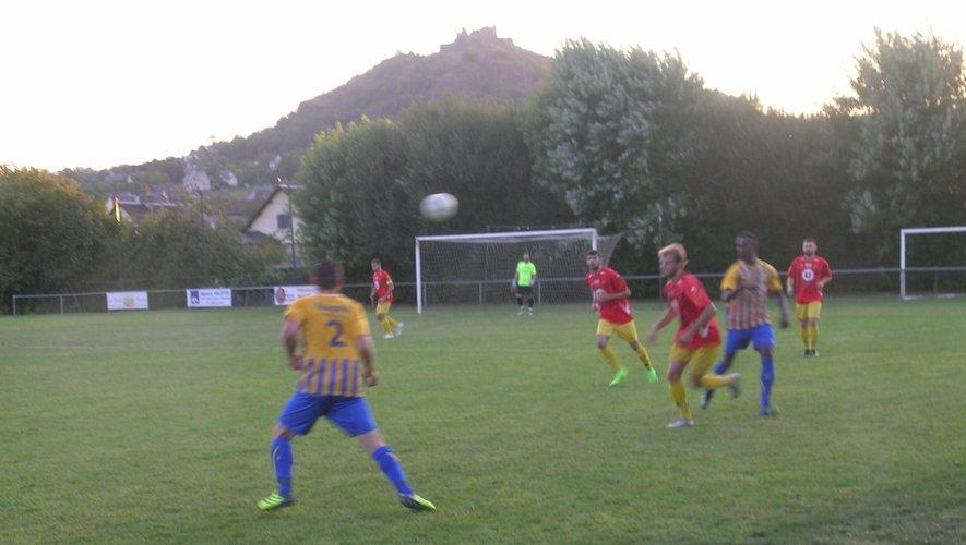 Les footballeurs à l'épreuve du leader Rieupeyroux.