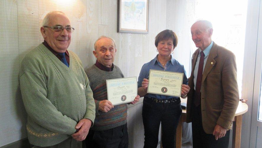 André Pouyade et Angeline Lavergne reçoivent leur diplôme d'honneur des mains de Robert Barthélémy (à droite) et de Guy Ferez (à gauche).