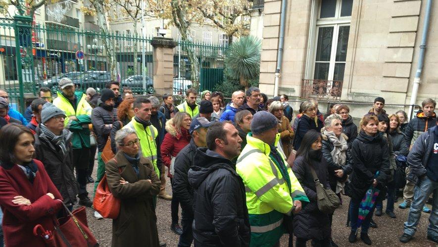 Une partie des agents communaux réunis hier à midi devant l'hôtel de Ville.C.G.