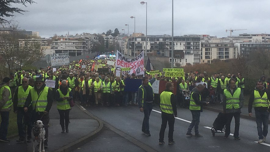 3 000 manifestants marchent vers le centre de Rodez ce samedi matin.