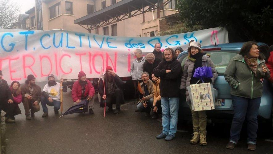 Le comité de soutien s'est installé devant les grilles de la gendarmerie.