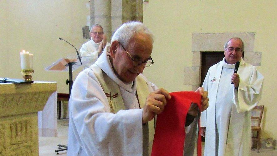 En présence des pères Dissac et Monziols (à droite), le père Marc revêt l'étole offerte par la communauté religieuse.