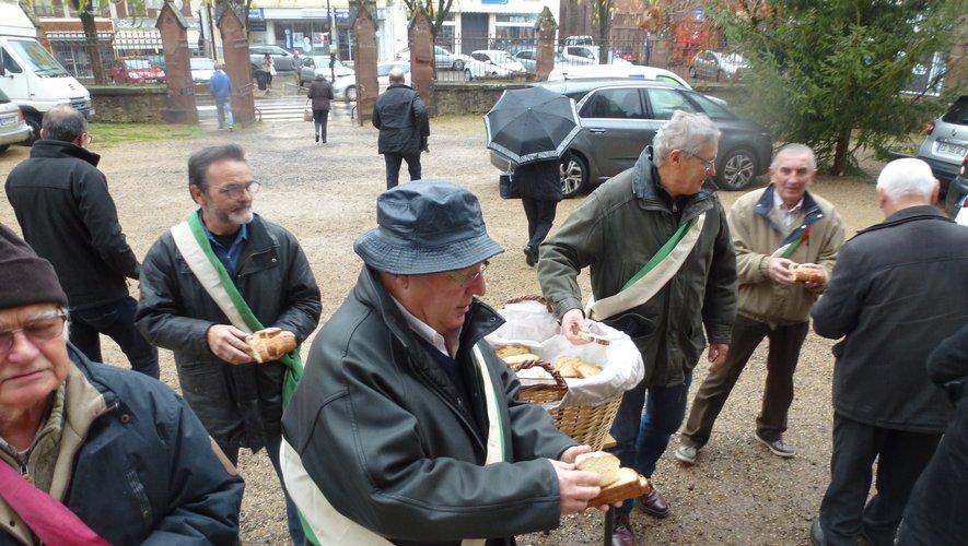 """Les Bayles ont distribué les """"couques"""" à la sortie de la messe"""