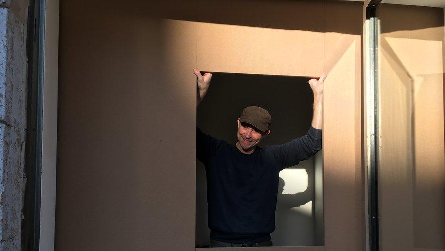 Claude Catellain lors de l'installation de sa vidéo.