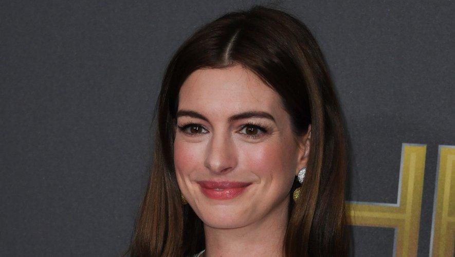 """Anne Hathaway participera à la nouvelle série d'Amazon Prime Video baptisée """"Modern Love"""" aux côtés de Tina Fey et Dev Patel."""