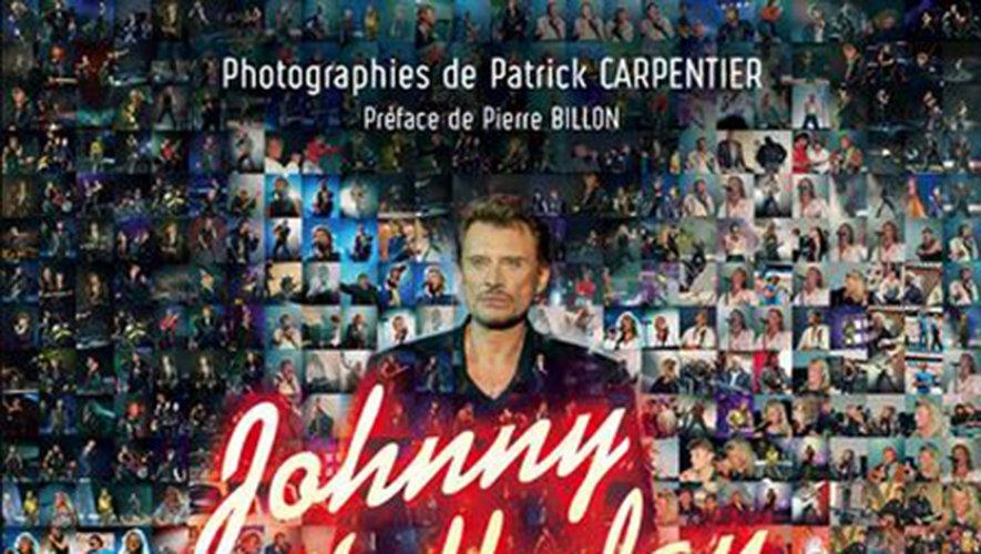 """""""Johnny Hallyday sur scène"""" de Patrick Carpentier aux éditions Place des Victoires."""