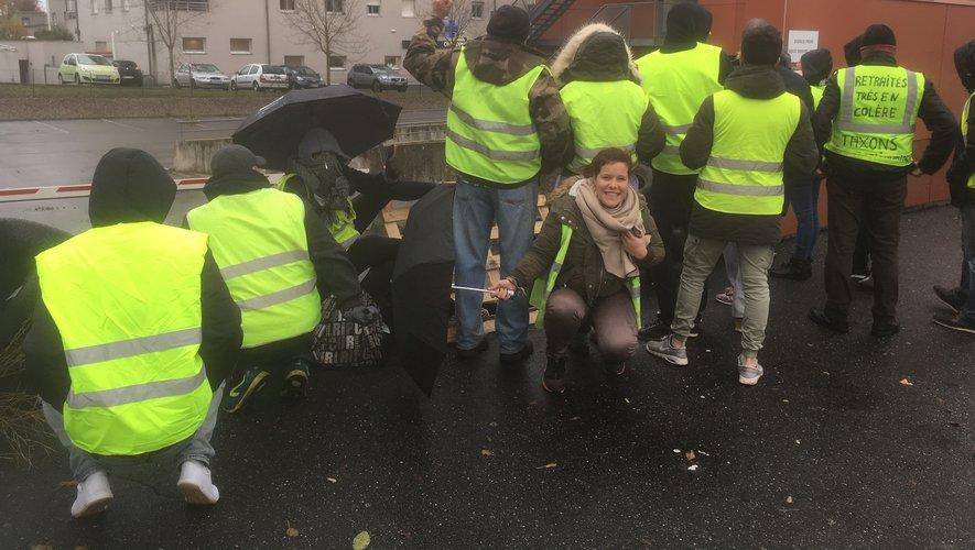 Une vingtaine de gilets jaunes se sont retrouvés devant l'Urssaf  à Rodez, ce jeudi 6 décembre.