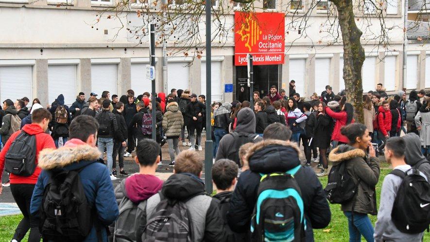 Quelque 150 élèves sont descendus dans la rue.
