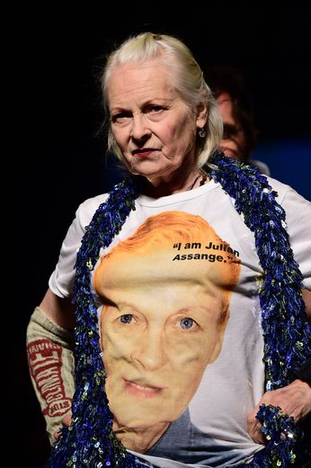 """Vivienne Westwood arbore un tee-shirt """"I am Julian Assange"""""""
