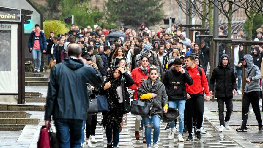 Une dizaine de personnes appartenant au cortège a tenté de pénétrer à plusieurs reprises au sein du lycée Louis-Querbes.
