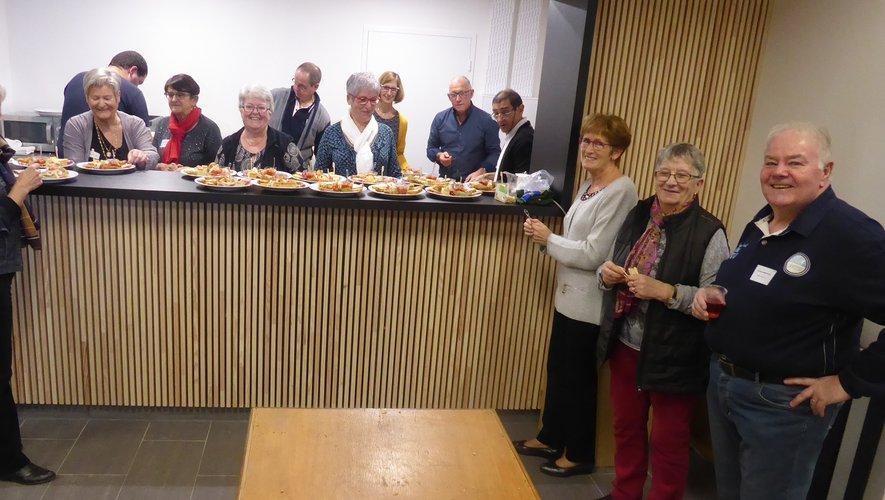 Les bénévoles de LSA XV préparant l'apéritif dînatoire.