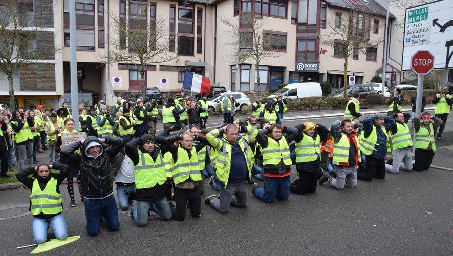 Symboliquement, les manifestants se sont agenouillés, les mains sur le tête, devant la caserne de la compagnie de gendarmerie.