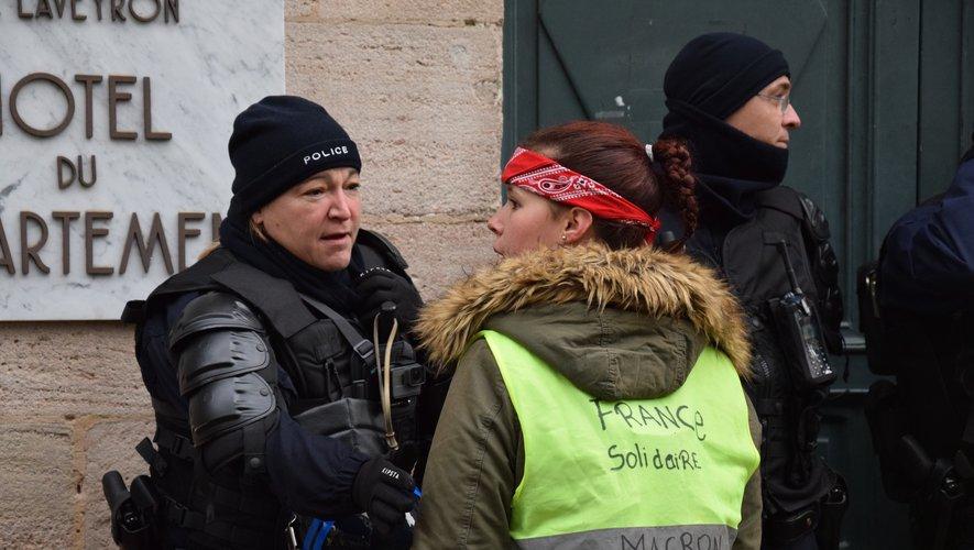 Rencontre amicale entre une manifestante et une policière.