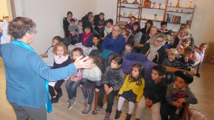 Les enfants, parents et grands-parents participant à cette rencontre.